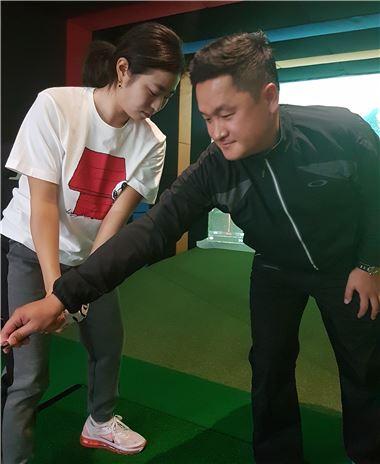 김대섭이 내년 KLPGA투어에 데뷔하는 제자 심지민의 백스윙을 지도하고 있다.