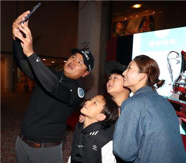 김대섭이 은퇴식에서 가족과 함께 셀카를 찍고 있다. 사진=KPGA