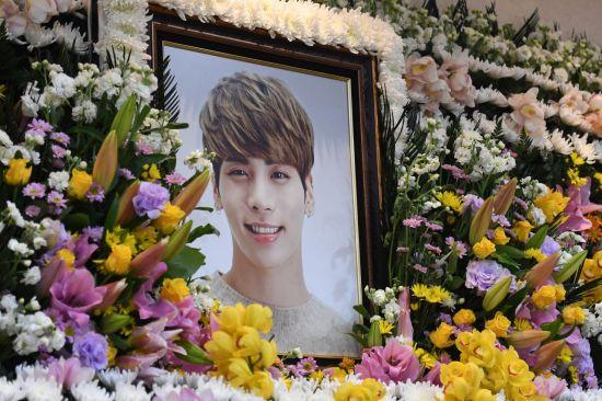 그룹 샤이니 종현의 빈소가 19일 오전 서울 아산병원 장례식장에 마련됐다. 발인은 21일이다. 일반인 조문은 같은 병원 장례식장 지하 1층 3호실을 통해 가능. 사진공동취재단=연합뉴스