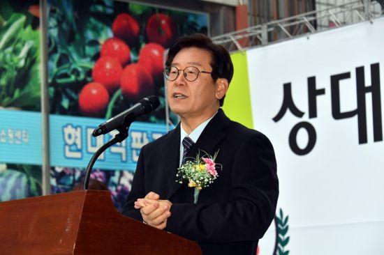 이재명 성남시장이 상대원시장 비가림시설 준공식에 참석해 시민들의 정치에 대한 관심을 촉구하고 있다.