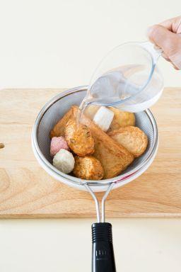 1. 어묵은 채반에 담고 끓는 물을 부어 기름기를 제거한 다음 먹기 좋은 크기고 썬다.