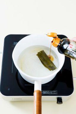 3. 분량의 국물 재료를 넣고 끓여 끓으면 3분 정도 끓이다가 다시마를 건져 낸다.