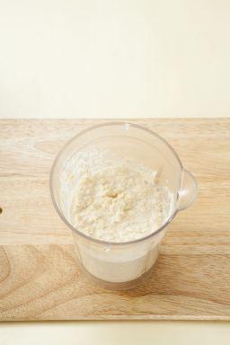 2. 불린 흰콩은 껍질을 벗겨 믹서에 물 1컵을 넣고 곱게 간다.
