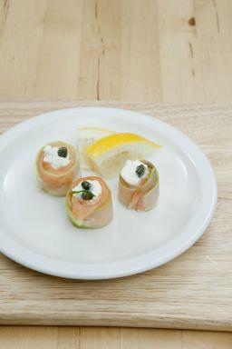 6. 훈제연어 크림치즈롤을 그릇에 담고 레몬을 곁들인다.