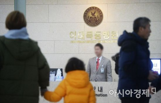 """이대목동병원이 28일 오후 1시 신생아 사망 사고와 관련한 유가족들의 공개질의에 대해 병원장 명의의 회신을 유가족 측을 만나 전달했다. 병원 측은 유가족의 공개질의한 내용에 대해 """"관계당국이 수사중인 사안이라 답변할 수 없다""""는 입장만 밝혔다. 사진은 이날 서울 양천구 이대목동병원 로비에서 진료를 받기 위해 발걸음을 옮기는 시민들. /문호남 기자 munonam@"""