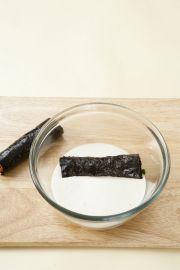 4. 볼에 튀김가루 1컵과 물 2/3컵을 넣어 멍울지지 않게 섞어 김말이에 튀김옷을 입혀 170℃의 튀김기름에 바삭하게 튀긴다.