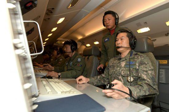 지난 30일 오전 하늘의 지휘소라 불리는 항공통제기 E-737(피스아이)에서 촬영한 공군의 비행 모습. 이날 피스아이에는 정경두 합참의장이 탑승해 지휘비행을 했다. [이미지출처=연합뉴스]