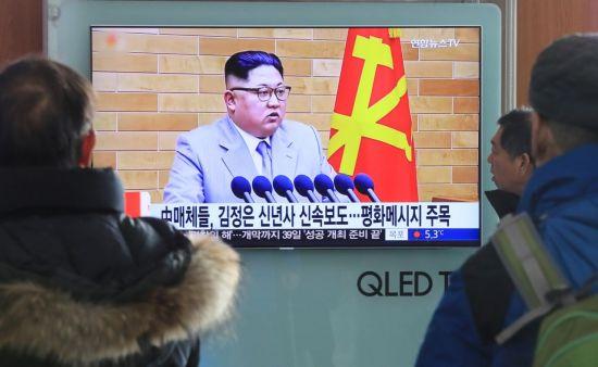 1일 오전 서울역에서 시민들이 북한 김정은 노동당 위원장의 신년사 연설 관련 뉴스를 지켜보고 있다. [이미지출처=연합뉴스]