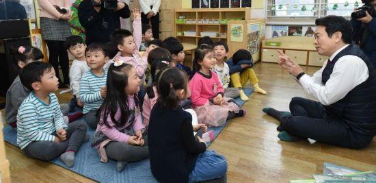 남경필 경기도지사가 모리스 센닥의 동화 '괴물들이 사는 나라'에 대해 어린이들에게 이야기하고 있다.