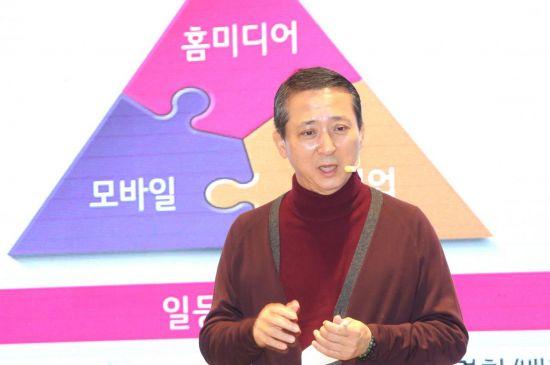 권영수 LG유플러스 부회장이 시무식에서 5대 조직문화안에 대해 설명하고 있다.