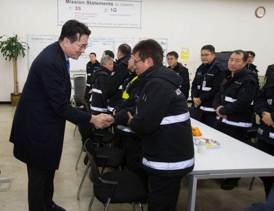 1일 조원태 대한항공 사장이 인천공항 정비 격납고를 방문해 현장에서 근무하는 직원들을 격려하고 있다.