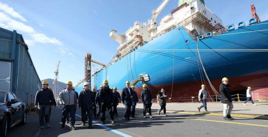 문재인 대통령이 3일 경남 거제시 대우조선해양 옥포조선소를 방문해 쇄빙 액화천연가스(LNG)선을 둘러보고 있다.[사진=연합뉴스]