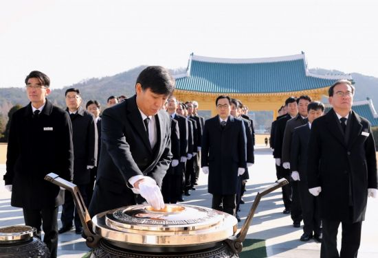 [포토] 김영문 관세청장, 국립대전현충원 참배