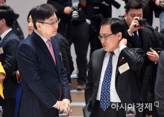 [포토]의견 나누는 유영민 장관-윤부근 부회장