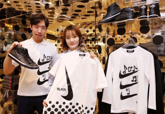 3일 오전 현대백화점 무역센터점 7층 꼼데가르송 블랙 매장에서 직원들이 나이키와 협업한 상품을 선보이고 있다.