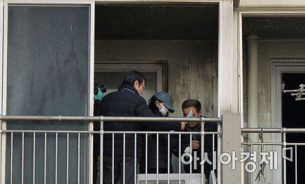 3일 오후 2시 광주시 북구 두암동 L아파트에서 3남매를 숨지게 한 혐의로 구속된 엄마 정 모 씨가  베란다에서 현장 검증을 하고 있다.