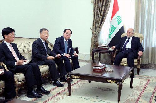 최광호 한화건설 대표이사(좌측 세번째) 및 임직원들이 하이데르 알 아바디 이라크 총리(우측 첫번째)를 예방하고 비스마야 신도시 사업과 관련해 면담하고 있다 (사진: 이라크 총리실 제공)
