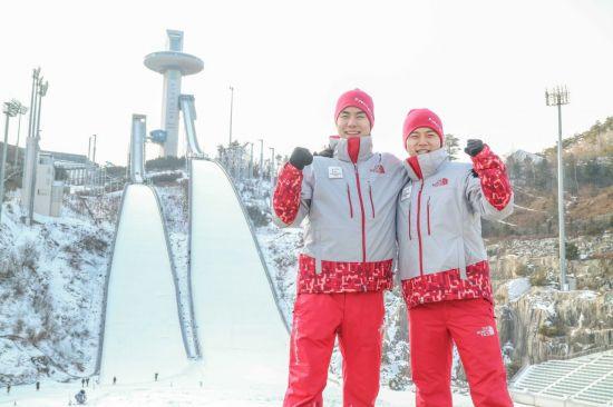 11사단 박혁재(왼쪽), 박희민(오른쪽) 하사가 평창 알펜시아 스키점프대 앞에서 기념사진을 촬영하고 있다.