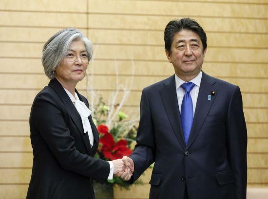 강경화 외교부 장관(왼쪽)이 지난달 19일 일본을 방문해 아베 신조 총리에게 평창 동계올림픽 참석을 바란다는 문재인 대통령의 메시지를 전달했다. [이미지출처=AP연합뉴스]