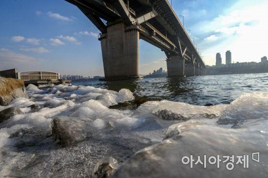 전국 대부분 지역에 한파특보가 발효되며 연인 강추위가 이어지고 있는 11일 서울 광진구 뚝섬유원지 인근 한강이 얼어있다./강진형 기자aymsdream@