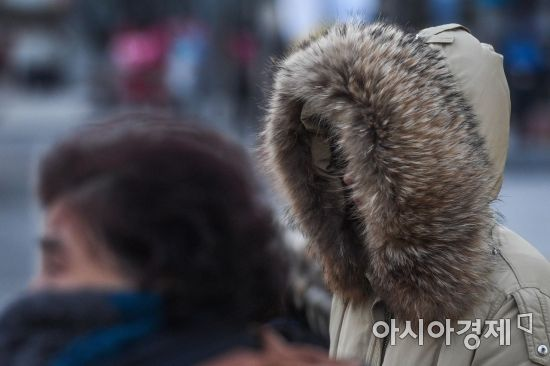 서울 아침 기온이 영하 15도까지 떨어지며 강한 한파가 이어지고 있는 12일 서울 종로구 세종로 네거리 인근에서 직장인들이 몸을 움츠린채 발걸음을 재촉하고 있다./강진형 기자aymsdream@