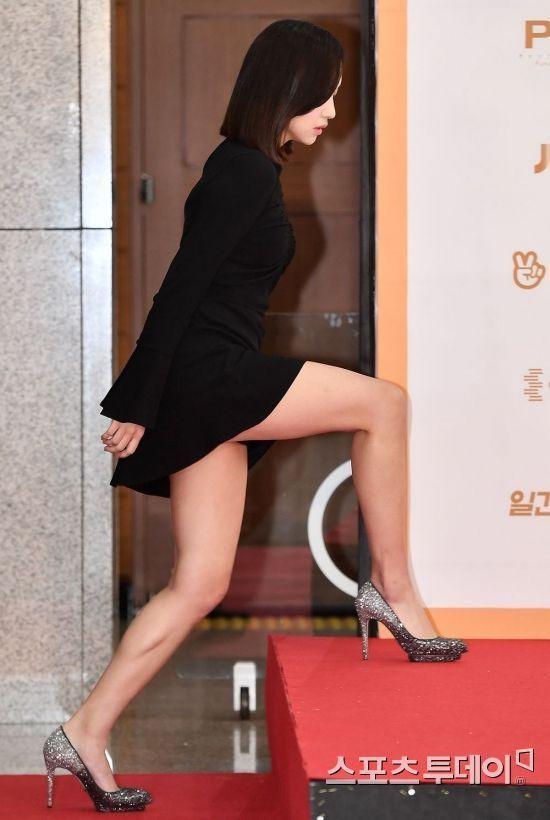[포토] 트와이스 미나, 초미니 입고… '아찔한 계단 오르기'