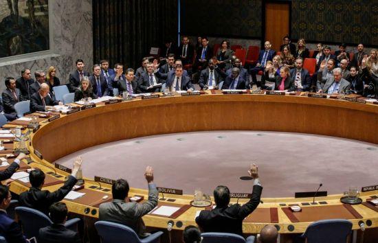 유엔 안전보장이사회가 12월 22일(현지시간) 뉴욕 유엔본부에서 긴급회의를 열어 새로운 대북 결의안을 15개 이사국 만장일치로 채택하고 있다. [이미지출처=연합뉴스]