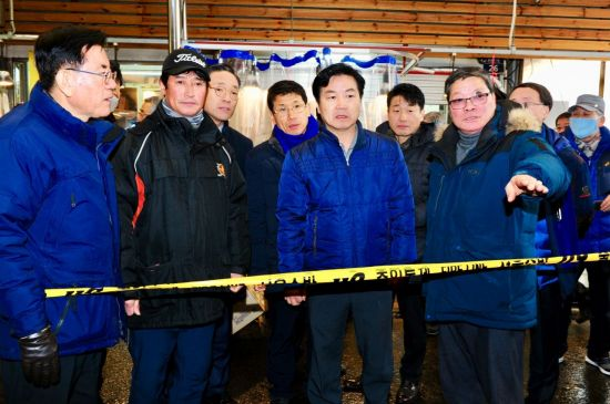 홍종학 중소벤처기업부 장관(앞줄 오른쪽 두 번째)이 13일 서울 청량리 전통시장 인근의 화재 발생 지역을 방문해 관계자로부터 피해 상황을 듣고 있다.
