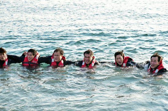 박경민 해양경찰청장(사진 왼쪽에서 네번째)을 비롯한 해경 지휘부들이 13일 부산 태종대 앞바다에서 스쿠버 훈련을 받앗다. 사진제공=해양경찰청