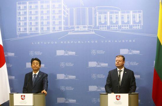 아베 신조 일본 총리(왼쪽)와  사울리우스 스크베르넬리스 리투아니아 총리가 13일(현지시간) 리투아니아 수도 빌뉴스에서 회담 후 기자회견을 진행 중이다. [이미지출처=EPA연합뉴스]