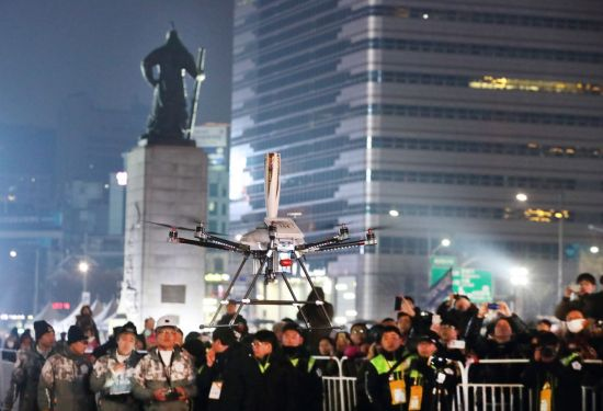 평창올림픽 성화, 5G 드론도 이어받아 날랐다