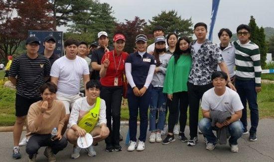 윤소원과 용인대 골프학과 학생들이 지난해 KLPGA투어 NH투자증권레디이스에서 우승을 차지한 김지영2와 기념 촬영을 하고 있다.