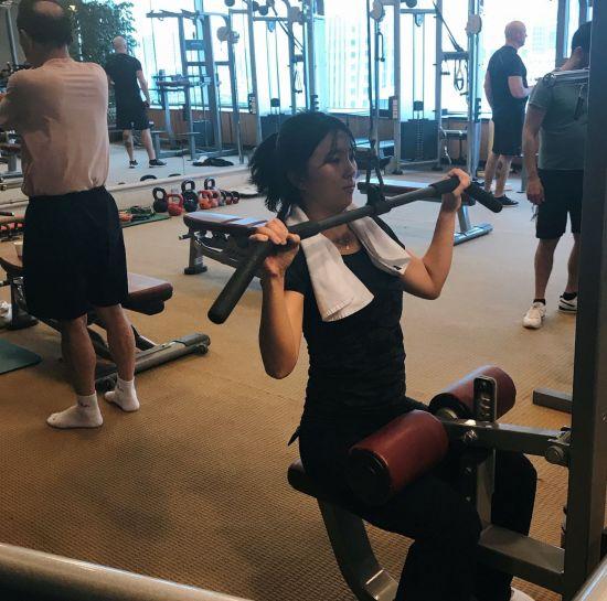 서울 플라자호텔 피트니스센터에서 체력 훈련을 하고 있는 모습.