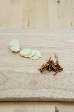 4. 밤은 속껍질까지 깔끔하게 벗겨내어 편으로 썬다. 대추는 물에 씻어 키친타월로 깨끗하게 닦아낸 후 돌려깎기 하여 채썬다.