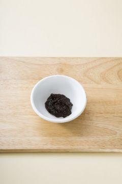 2. 분량의 양념 재료를 잘 섞는다.