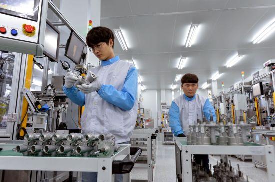 현대모비스 충남 천안공장 iMEB 조립라인에서 작업자가 유로밸브 조립 품질을 점검 중이다.