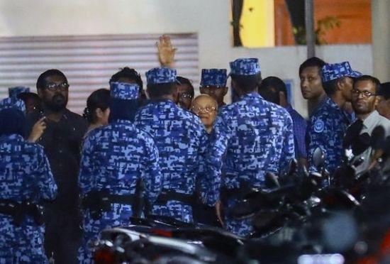 6일(현지 시각) 새벽 몰디브 경찰이 마우문 압둘 가윰 전 대통령(가운데)을 체포하고 있다. 가윰 전 대통령은 이복동생인 압둘라 야민 현 대통령의 퇴진을 촉구하는 야당의 입장을 지지해 국가전복의도 혐의로 체포됐다.(사진=AP연합뉴스)