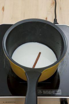 2. 시나몬 스틱은 손으로 몇 조각으로 잘라 냄비에 담고 우유 1컵을 부은 후 약한 불에 끓인다.