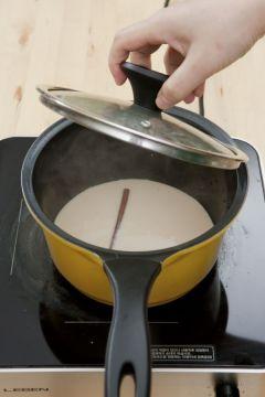 4. 뚜껑을 닫고 5분 동안 우린 후 설탕을 넣는다.
