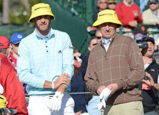 세계랭킹 1위 더스틴 존슨(왼쪽)과 장인 웨인 그레츠키가 지난해  AT&T페블비치프로암에서 동반플레이를 펼치고 있는 장면.