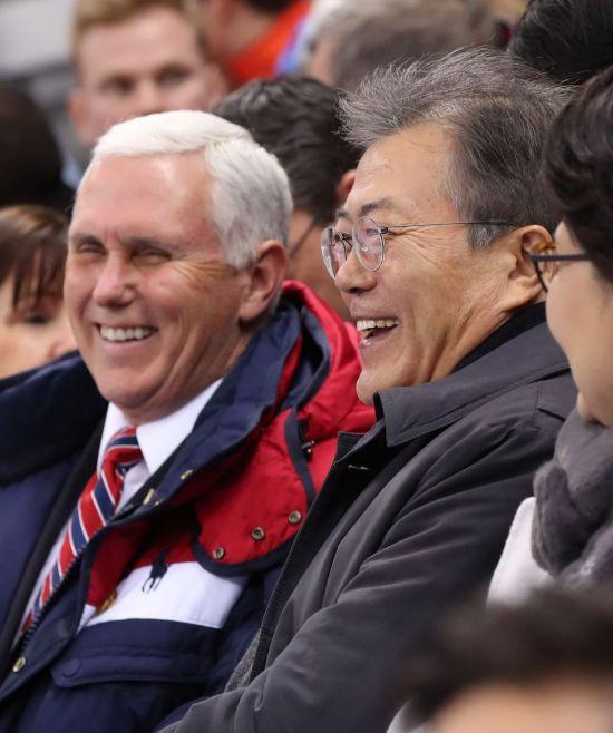 문재인 대통령과 마이크 펜스 미국 부통령이 10일 오후 쇼트트랙 경기가 열린 강릉 아이스아레나에서 스크린에 관중석 키스타임 영상이 나오자 환하게 웃고 있다. [이미지출처=연합뉴스]