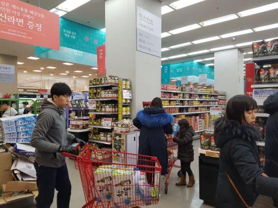 2월10일 저녁 롯데마트 구로점에서 고객들이 가정간편식 제품 시식을 하고 있다. 이선애 기자 lsa@