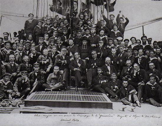 프리깃함 게리에르 함상에서 단체사진을 찍은 피에르 로즈 제독과 그의 병사들. 일본 나가사키의 항구에서 촬영됐다.