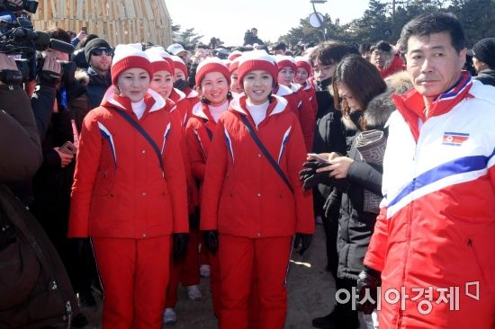 [포토] 경포해변으로 나들이 나선 북한 응원단