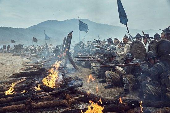 조선군 복장 고증이 과거 사극들보다 잘됐다고 평을 받는 영화 '남한산성'의 조선군 모습. 방패와 검을 들고 적과 대치하는 팽배수의 모습이 보인다.(사진=영화 '남한산성' 캡쳐)
