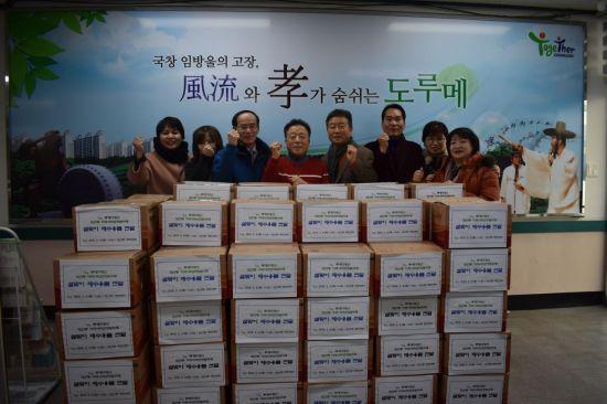 지난 12일 광주 광산구 도산동 지역사회보장협의체가 제수용품을 100세대에 전달하고 기념촬영을 하고 있다. 사진=광산구