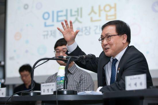 과학기술정보통신부가 13일 오후 서울 강남구 메리츠타워 D2스타트업팩토리에서 '인터넷산업 규제혁신 현장간담회' 를 개최했다. 유영민 과학기술정보통신부 장관이 인사말을 하고 있다.