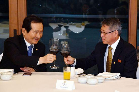 정 의장과 리 총재가 함께 건배를 하고 있다.