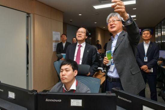 김용환 NH농협금융 회장, 설 연휴 앞두고 NH통합IT센터 방문
