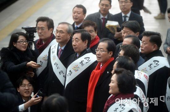 [포토]서울역 찾은 홍준표 자유한국당 대표